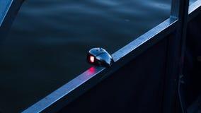 Het voorlicht die van de boog tweekleurige boot de rode havenkant, zoals vereist in verordeningen tonen stock fotografie