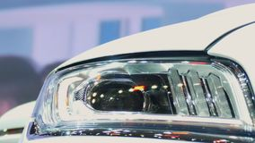 Het voorlicht van de auto stock video