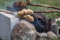 Het voorraadbrood wordt gebakken bij kampvuur Royalty-vrije Stock Foto's