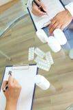 Het voorschrijven van tabletten Stock Afbeeldingen