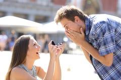Het voorstel van vrouw het vragen huwt aan een man stock foto's