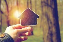 Het voorstellen van nieuw groen huis Stock Afbeelding