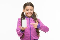 Het voorstellen van product Weinig kind die op pillenfles richten Klein meisje met geneeskundepil en complexe vitamine aanbiddeli stock fotografie