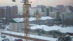 Het voortbouwen op de bouwwerf wordt verzameld de hoogste kraan 4k stock footage
