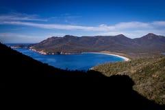 Het Vooruitzicht van de wijnglasbaai: Mooi Strand op Oostkust van Tasmanige stock fotografie