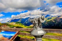 Het vooruitzien Wandeling in de Oostenrijkse alpen De berg van alpen De mening van de zomer Royalty-vrije Stock Afbeeldingen