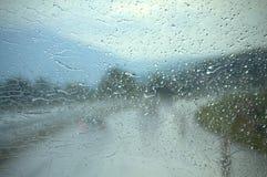 Het voorvenster van de regenauto stock fotografie
