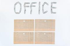 Het voorwerp van het bureau Het woordbureau, op een witte achtergrond met de klemmen die van de metaalkantoorbehoeften langzaam i royalty-vrije stock fotografie