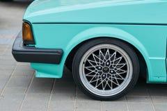 Het voorwiel van de auto met een mooie aandrijving stock afbeeldingen