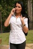 Het voorzien van een netwerk van de vrouw op celtelefoon stock foto's