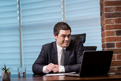 Het Voorzien van een netwerkconcept van zakenmanworking laptop connecting, Zaken stock fotografie
