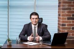 Het Voorzien van een netwerkconcept van zakenmanworking laptop connecting, Zaken royalty-vrije stock foto