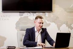 Het Voorzien van een netwerkconcept van zakenmanworking laptop connecting, Zaken stock afbeelding