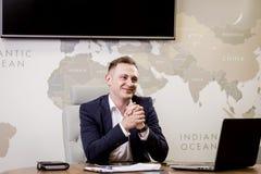 Het Voorzien van een netwerkconcept van zakenmanworking laptop connecting, Zaken royalty-vrije stock foto's