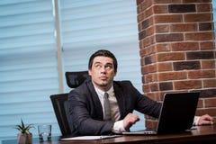 Het Voorzien van een netwerkconcept van zakenmanworking laptop connecting, Zaken royalty-vrije stock afbeeldingen