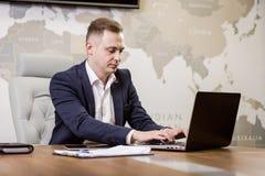 Het Voorzien van een netwerkconcept van zakenmanworking laptop connecting, Zaken stock foto