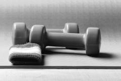 Het vormen en geschiktheidsmateriaal Sporten en gezond levensstijlconcept Domoren van groen plastiek worden gemaakt dat Stock Afbeelding