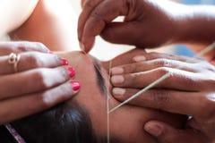 Het vormen en het plukken van oog - brow met het inpassen epilation kosmetische procedure in schoonheidswoonkamer royalty-vrije stock foto's