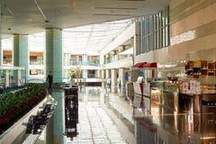 Het vorstelijke binnenland van het Luchthavenhotel royalty-vrije stock fotografie