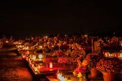 Het Votive kaarsenlantaarn branden op de graven in Slowaakse begraafplaats bij nacht Al Saints& x27; Dag Plechtigheid van Alle He royalty-vrije stock afbeeldingen