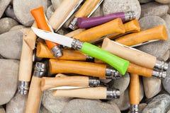 Het vouwen knifes op achtergrond met ronde rotsen Royalty-vrije Stock Foto