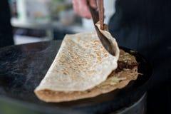 Het vouwen van Crepe met Kaas en Ui het Vullen Royalty-vrije Stock Afbeeldingen