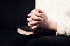 Het vouwen van handen en bidt royalty-vrije stock foto