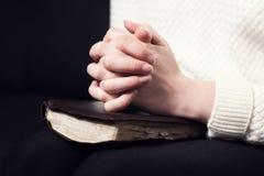 Het vouwen van Handen en het bidden Stock Foto's