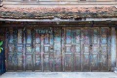 Het vouwen van houten deur is verfraaid met kalligrafie en kleurenkrijt royalty-vrije stock afbeeldingen
