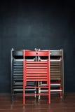 Het vouwen van kleurrijke houten stoelen Stock Foto's