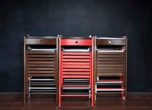 Het vouwen van kleurrijke houten stoelen Stock Afbeelding
