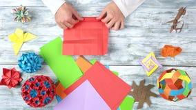 Het vouwen van rood origamidocument stock video