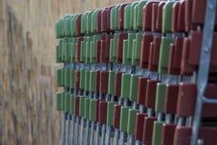 Het vouwen van stoelen in de biertuin Stock Foto