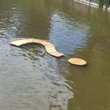 Het vraagteken op de rivier Stock Foto's
