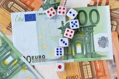 Het vraagteken wordt gemaakt van dobbelt op euro geldachtergrond - Concept risicodragende investeringen en gok die royalty-vrije stock foto