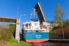Het vrachtschip komt aan de smalle gateway Stock Afbeeldingen