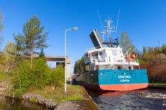 Het vrachtschip komt aan de smalle gateway van het slot Stock Foto's