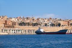 Het vrachtschip legde in de haven Valletta vast malta Stock Foto's