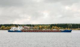 Het vrachtschip ` Oka 62 `, de Volga rivier, Vologda oblast van de Russische Federatie 29 Sep 2017 Het vrachtschip dat met graf w Stock Afbeeldingen