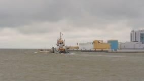 Het vrachtschip is op zee in een onweer stock videobeelden