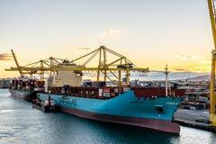 Het Vrachtschip van de Maersklijn met opzij de Tanker van Spabunker Treinta Bunkering, evenals Yang Ming Cargo Vessel royalty-vrije stock fotografie