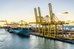 Het Vrachtschip van de Maersklijn met opzij de Tanker van Spabunker Treinta Bunkering, evenals Yang Ming Cargo Vessel stock afbeeldingen
