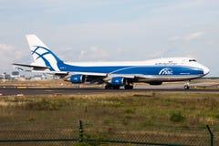 Het vrachtvliegtuigvertrek van Boeing 747-400 van AirBridgeCargoluchtvaartlijnen vq-BJB bij de luchthaven van Frankfurt stock fotografie