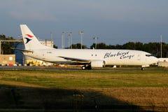 Het vrachtvliegtuigvertrek van Boeing 737-400 van de sialialading tf-BBJ bij de Luchthaven van Luik stock foto's