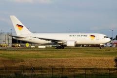 Het vrachtvliegtuigvertrek van Zweden Boeing 767-200 van de het westenlucht SE-RLA bij de Luchthaven van Luik stock afbeelding