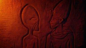 Het vreemde Egyptische muur snijden in stoffig graf stock videobeelden