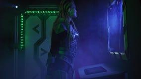 Het vreemde ruimteschip met vele stukken van technologie, vrouwelijke vreemdeling gebruikt een apparaat, 4k stock footage