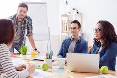 Het vriendschappelijke creatieve team werkt in bureau Stock Afbeelding