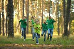 Het vriendschappelijke familie lopen Royalty-vrije Stock Afbeelding