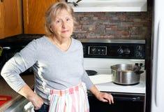 Het vriendschappelijke grootmoeder koken Stock Foto